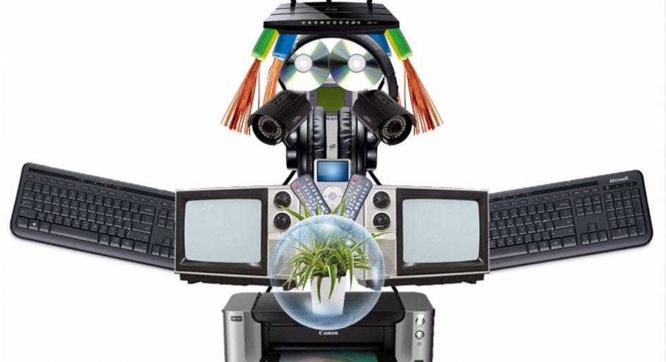 Robot hecho de desechos electrónicos proyecto reciclaje